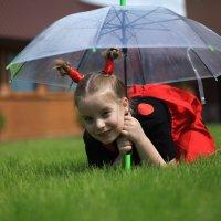 Средняя дочь под зонтом на траве :: Станислав Максимов