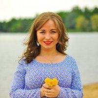 Весенняя девушка на озере :: Петр Секретькин