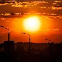 Догорает день весенний Свет багровый небо красит... :: Анатолий Клепешнёв