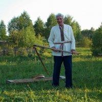 Крестьянин за работой.В руках держит цеп(орудие для выбивания зерна из колосьев) :: Марина Никулина