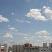 Забавные облака в синеве :: Валерий