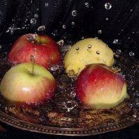 Купание фруктов :: Olga Golub