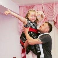 Эмоциональные моменты выпускного вечера - танец пап с девочками :: Дарья Казбанова