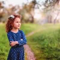 девочка в цветущем саду :: Наталья Шкроб (Семенюк)