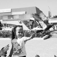 девочка с голубями :: Евгений Леготин