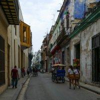 На одной из улочек Гаваны (Куба) :: Юрий Поляков