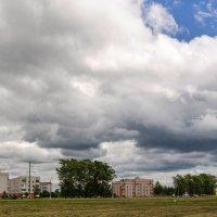 Летели низко облака Дома за крыши задевали... :: Анатолий Клепешнёв