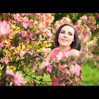 Анютка в яблоневом саду... :: Alex Lipchansky