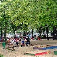 Июньским днём на детской площадке :: Нина Корешкова