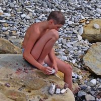 Мальчик на камне :: Владимир