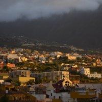 Городок la Orotava  в лучах закатного солнца :: Виктор М