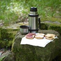 Завтрак в апрельском лесу :: Михаил