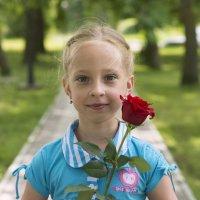 Девочка с цветком :: Александр Степовой