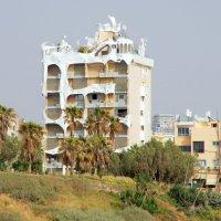 Футуристичный облик здания на берегу Средиземного моря :: Валерий Новиков