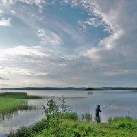 Рыбак на озере :: Валерий Талашов