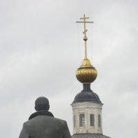 Город Вязьма. Ленин и церковь. А ушанку Ильич перед крестом всё же снял... :: Владимир Павлов