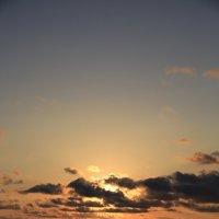 Солнце в объятиях облаков :: valeriy khlopunov