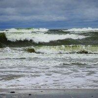 Катятся волны, бьются о берег пустой :: Маргарита Батырева