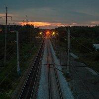 И убегают рельсы на закат, сходясь в далёкой точке горизонта :: Дмитрий Костоусов