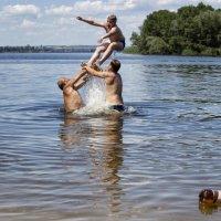 Девочка наблюдет как мальчик ныряет в воду :: OKCAHA Валова