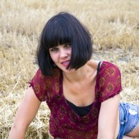 девушка брюнетка в красной блузке :: Олеся Ханина