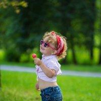 Девочка в парке :: Юлия