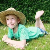 Хорошо то как на даче на лужайке полежать! :: Наталья