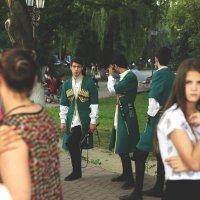 Молодые люди в национальных костюмах :: Олег Кистенёв