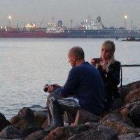 Они сидели на бережку и беседовали кто о чём. :: Владимир Гилясев
