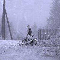 Девочка на фоне тумана... :: Юрий Савинский