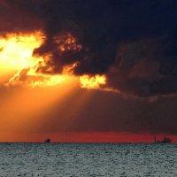 Залив,тучи и солнце :: Владимир Гилясев