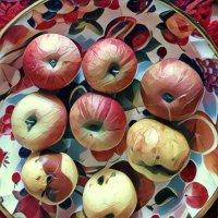 Яблоки на пестром подносе :: Ирина Сивовол
