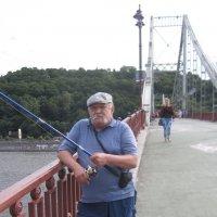 Ловлю рыбу с Пешеходного моста в Киеве :: Ростислав
