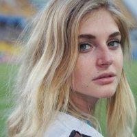 Блондинка на футболе :: Андрей Майоров