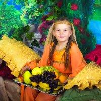 девочка с фруктами :: Галина Данильчева