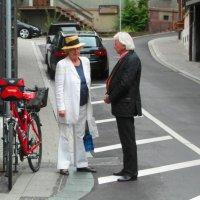 Разговор  дамы в белом  с почтенным господином :: Николай Танаев