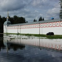 вдоль монастырской стены :: Сергей Кочнев