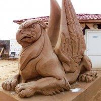 ГРИФОНЫ-ХРАНИТЕЛИ ГОРОДА   Песчаные скульптуры в   С-Петербурге :: Виктор Елисеев