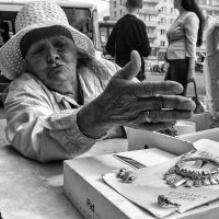 Уличная торговка бежутерией :: Вадим Sidorov-Kassil