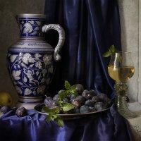 Натюрморт со сливами и кувшином :: Татьяна Карачкова