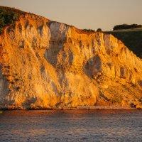 Скалистый берег Волги, освещенный закатным солнцем. :: Сергей Тагиров