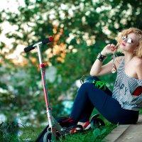 Девушка и самокат :: Roman Sergeev