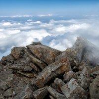 Горная вершина в облачном обрамлении :: Владимир Амангалиев