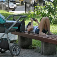 Мамочка на  лавочке :: Николай Белавин