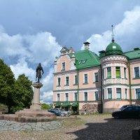 Бывший дом Векрута и памятник Торгильсу Кнутссону. :: Anna Gornostayeva