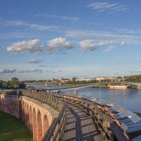 река Волхов и пешеходный мост :: Олег Фролов