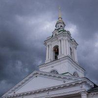 Колокольня собора на фоне туч. Кострома. :: Сергей Тагиров
