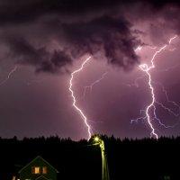 А за окном безумствует гроза, Гром небо разрывает в клочья! :: Юрий Савинский
