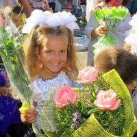 Сегодня маленький народ  встречает новый  школьный год. :: Валентина ツ ღ✿ღ