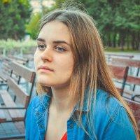 Ксюша на скамейке :: Света Кондрашова